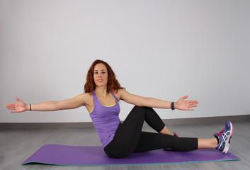 jMujer practicando estiramiento y yoga