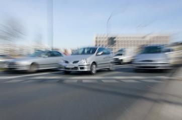 losfahrende  Autos im  Zoomeffekt