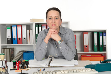 Geschäftsfrau ist in die Arbeit vertieft