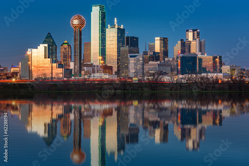 In de dag Texas Dallas skyline reflected in Trinity River at sunset