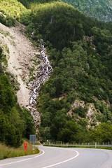 ручей в горах у дороги в швейцарии