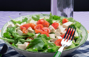 Insalata, lattuga, tofu e pomodori