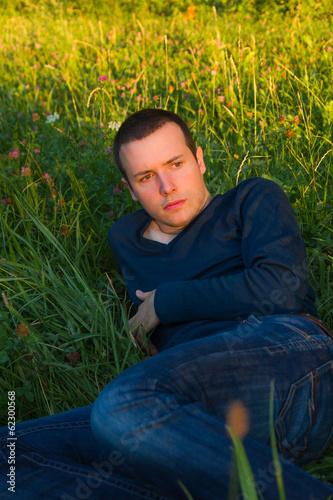Hombre Joven Acostado en la Hierba