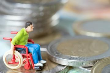 Rollstuhlfahrer mit Geld