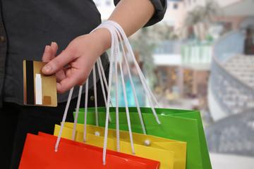 Frau beim Bezahlen vom Einkauf mit Kreditkarte im Laden