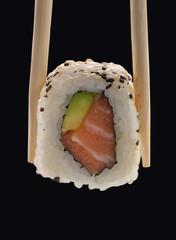 Comida japonesa,sushi roll de salmón con aguacate.