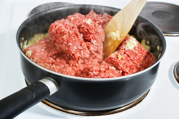 Cooking minced meat in a frying pan