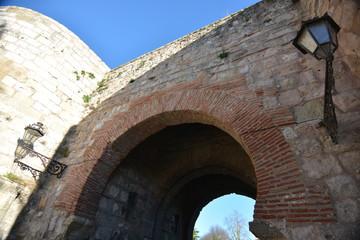 Detalle de arquitectura en arco de piedra y ladrillo en Burgos