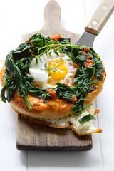 Pizza mit Ei