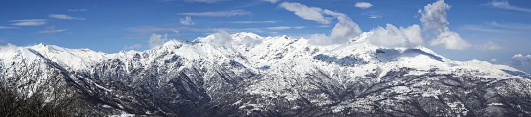 panoramica montagne innevate prealpi italiane