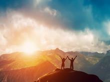 Heureux couple ensemble sur le sommet d'une montagne au coucher du soleil