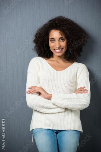 entspannte junge frau mit afro-locken