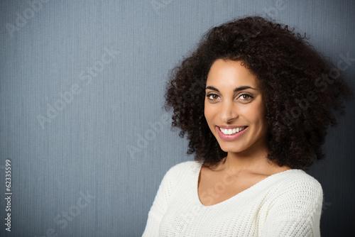 schöne junge frau mit afro-locken