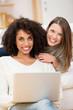 freundinnen surfen im internet