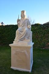 Estatua personaje historico en Campus Universitario de Burgos
