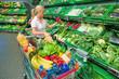 Frau beim Gemüsekauf