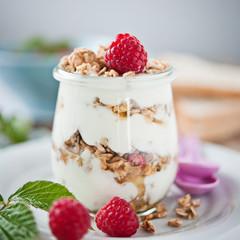 joghurt müsli mit himbeeren