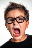 bambino con occhiali che urla