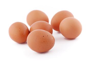 mucchio di uova crude su sfondo bianco