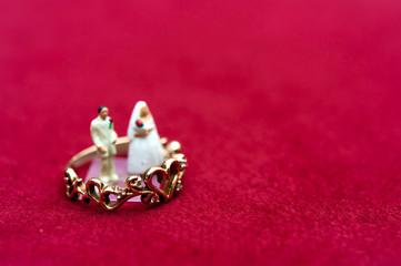 ミニチュアの新郎新婦と結婚指輪
