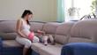 беременная женщина и девочка играют с мячом