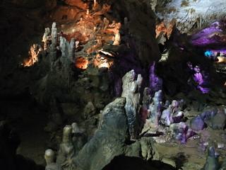 Загадочные фигуры сталагмитов  в пещере