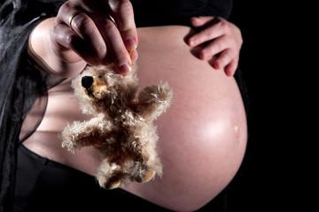 Babybauch mit Teddybär