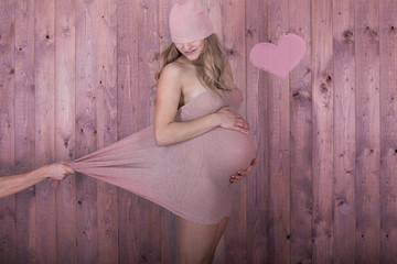 schöne schwangere mit tuch und rosa herz