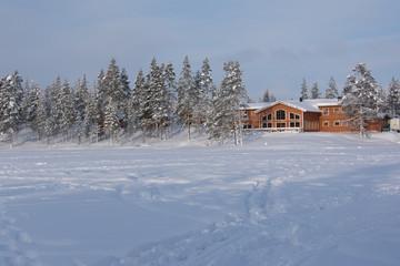 Lodge aan bevroren meer Lapland