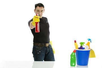Reinigungskraft zielt mit Sprühflasche auf den Betrachter