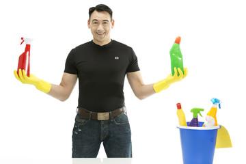 Reinigungskraft lächelt & hält links + rechts Reinigungsmittel