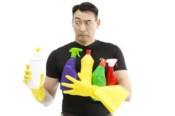 Männliche Reinigungskraft guckt verduzt auf den WC-Reiniger