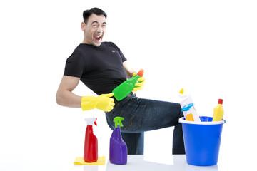 Hausmann spielt Luftgitarre mit Reinigungsmitteln