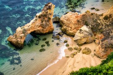 Felsiger Strand mit klarem Wasser