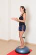 Frau bei Gleichgewichtsuebung