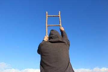 escalera con hombre que sube verso el cielo