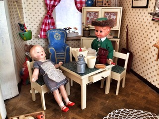 Alte Puppenstube mit Figuren