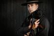 Cowboy hält einen Dackel