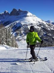 Giovane sciatore sulle piste delle Dolomiti