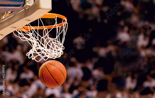 Scoring the winning points at a basketball game - 62391976