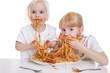 zwei Mädchen essen Spaghetti - 62397937