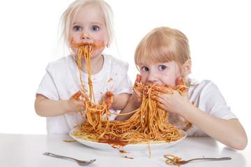 zwei Mädchen essen Spaghetti