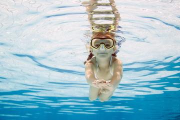 kleines Mädchen übt Tauchen und Schwimmen
