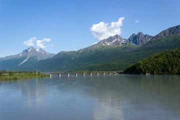 アラスカ、ニック川と夏の雪山