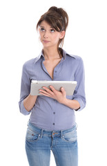 Networking: junge Frau isoliert in Blau mit Tablet-PC