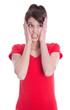 Junge Frau isoliert in Rot ist erschrocken und hat Angst
