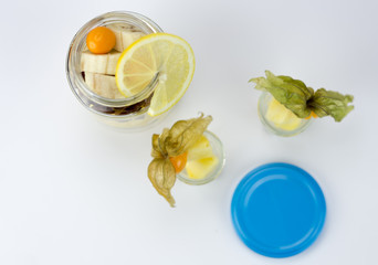 Obstcocktail im Marmeladenglas