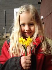 Mädchen mit gepflückten Blumen