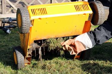 Messer von Vertikutierer werden von Gras befreit