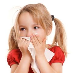 Kleines Mädchen putzt ihre Nase